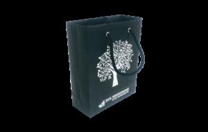 Подарочный бумажный пакет с нанесением изображения и логотипа методом шелкографии
